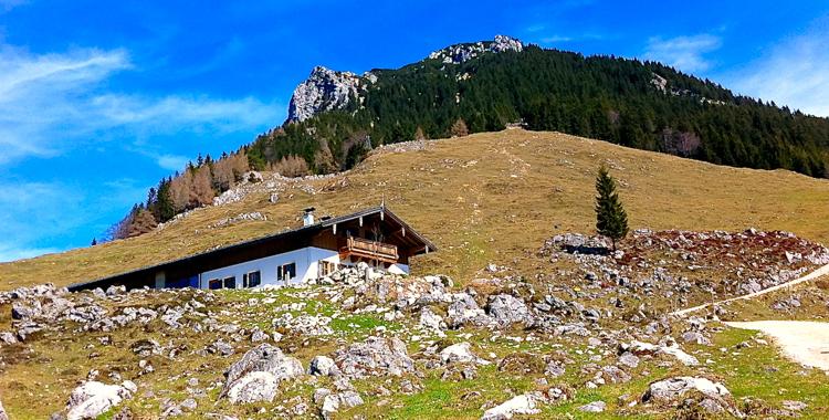Naunspitze und Petersköpfl mit Rietzaualm im Vordergrund © Gipfelfieber.com