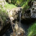 Ein Miniaturwasserfall sorgt für Erfrischung © Gipfelfieber.com