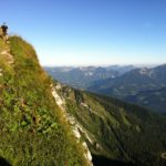 Steil geht der Weg wieder bergab; am rechten Bildrand der Berchtesgadener Hochthron © Gipfelfieber.com