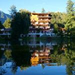 Das Hotel Tramserhof liegt direkt an einem kleinen See © Gipfelfieber.com