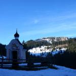 Kleine Kapelle am Wegesrand mit dem Teufelstättkopf im Hintergrund © Gipfelfieber.com