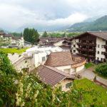Blick vom Hotel in den Innenhof und den Wellnessbereich © Gipfelfieber.com