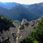 Blick durch die zerklüfteten Wände zur Röthelmoosalm © Gipfelfieber.com
