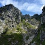 Der Steig führt durch eine breite Schlucht © Gipfelfieber.com