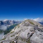 Der eigentlich höchste Punkt hinterm Gipfelkreuz ©Gipfelfieber