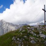 Gipfelkreuz und Wettersteinwand ©Gipfelfieber